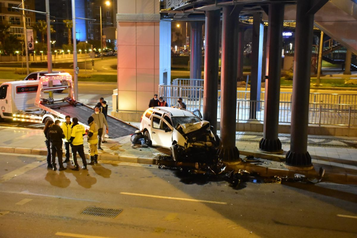İzmir de otomobil köprü ayağına çarptı: 1 ağır yaralı #6