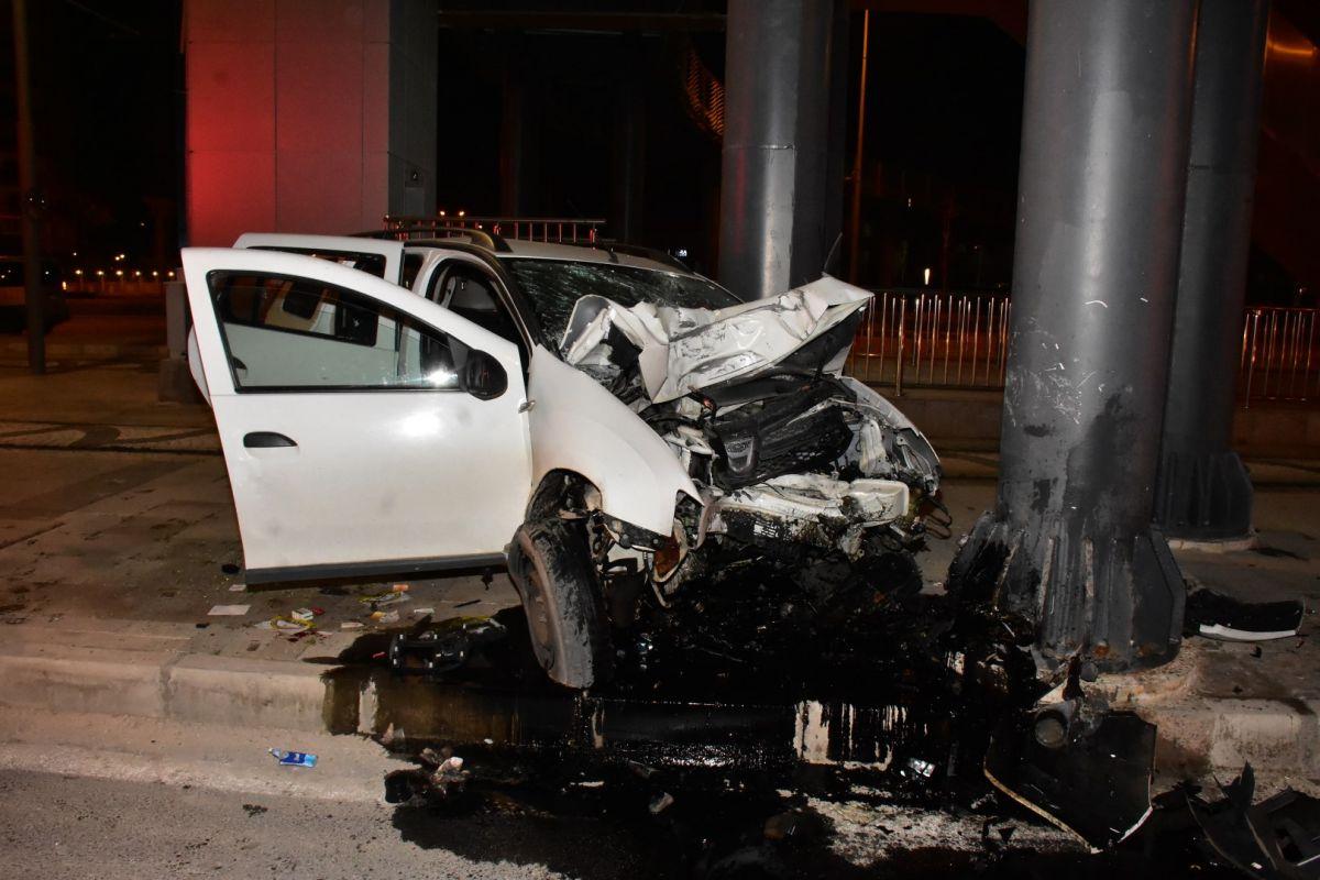 İzmir de otomobil köprü ayağına çarptı: 1 ağır yaralı #8