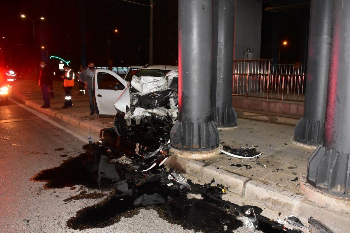 İzmir de otomobil köprü ayağına çarptı: 1 ağır yaralı #1