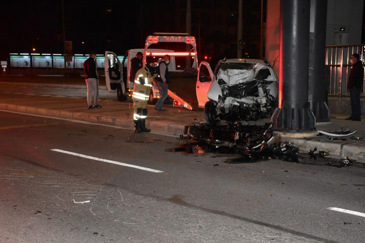 İzmir de otomobil köprü ayağına çarptı: 1 ağır yaralı #7
