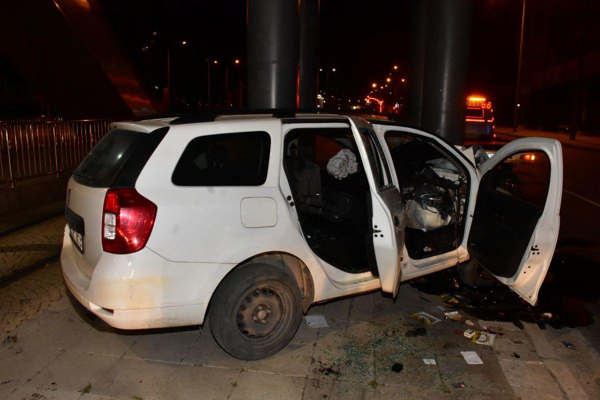 İzmir de otomobil köprü ayağına çarptı: 1 ağır yaralı #3