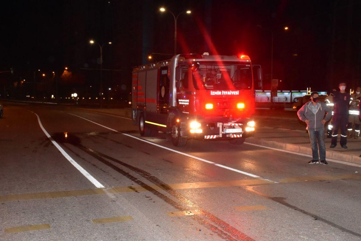 İzmir de otomobil köprü ayağına çarptı: 1 ağır yaralı #2