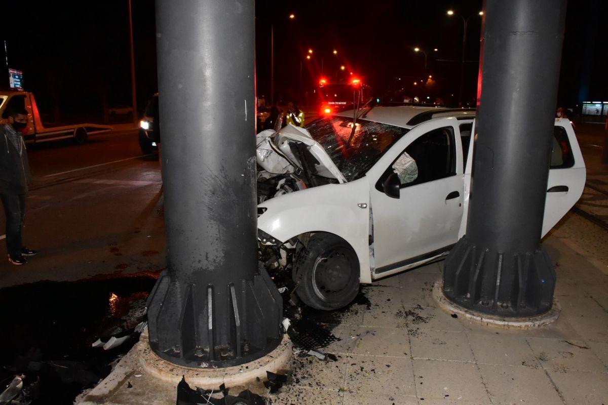 İzmir de otomobil köprü ayağına çarptı: 1 ağır yaralı #4