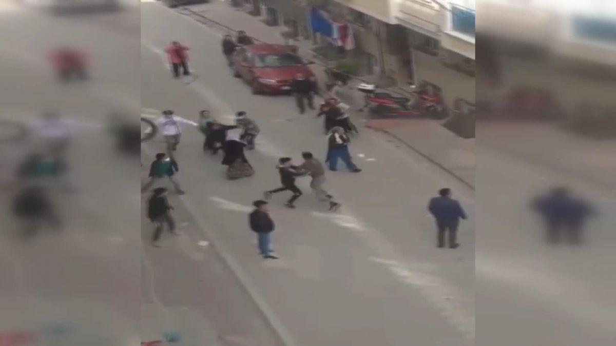 İstanbul da iki aile arasında baltalı, sopalı kavga #3