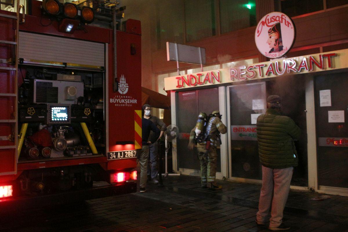 Taksim de çıkan yangında turistler mesafeyi unuttu #3