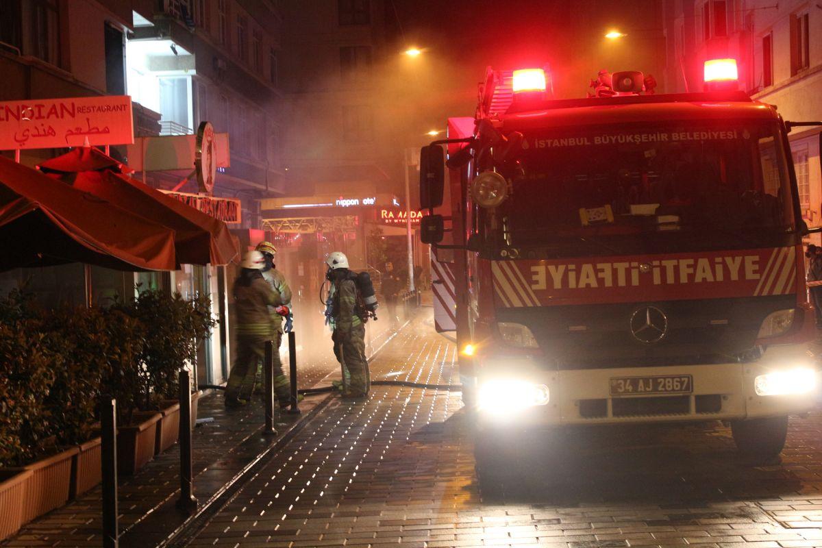 Taksim de çıkan yangında turistler mesafeyi unuttu #9