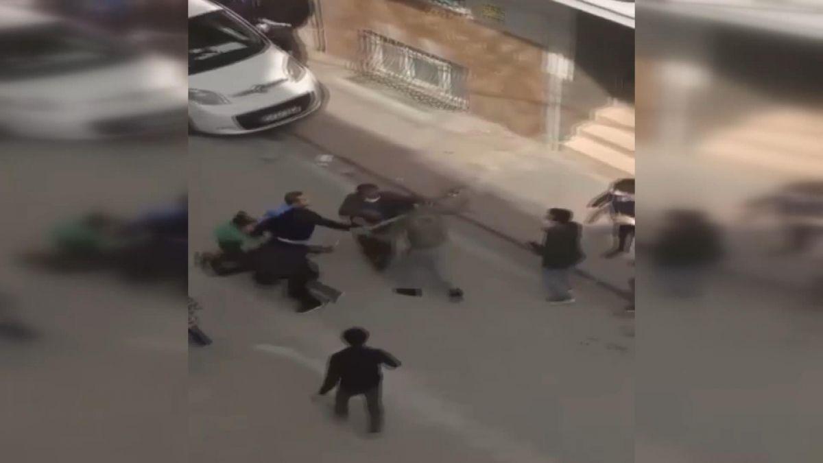 İstanbul da iki aile arasında baltalı, sopalı kavga #5