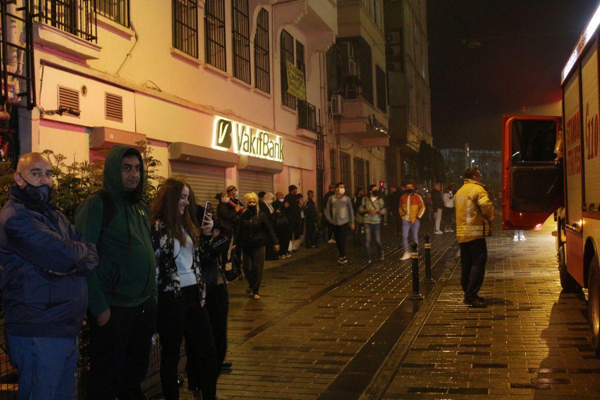 Taksim de çıkan yangında turistler mesafeyi unuttu #4