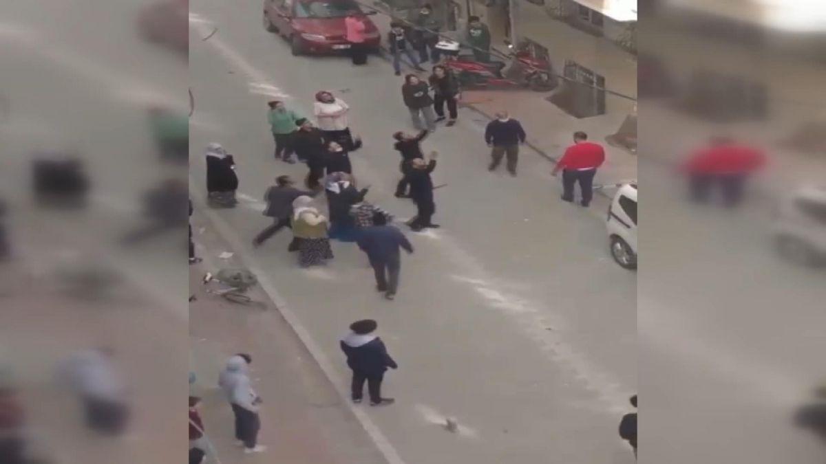 İstanbul da iki aile arasında baltalı, sopalı kavga #1