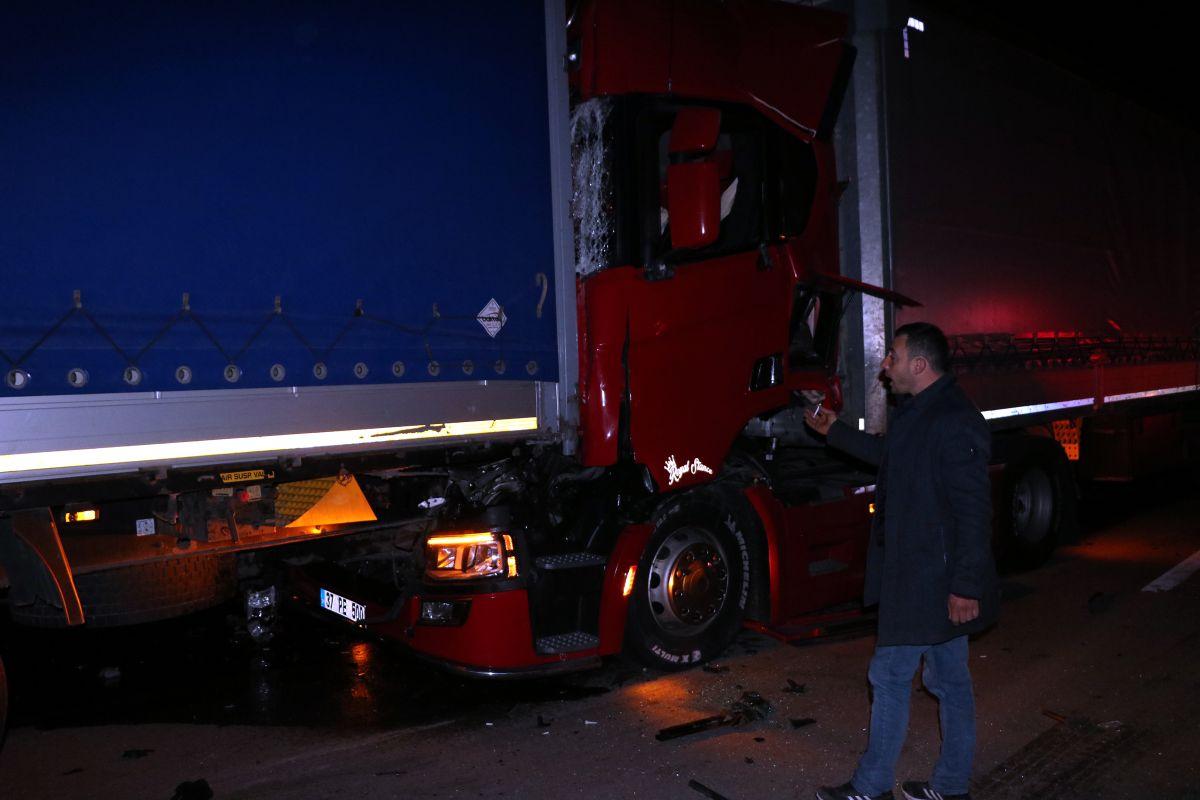 Afyonkarahisar da 3 tır ile 2 otomobil çarpıştı #6