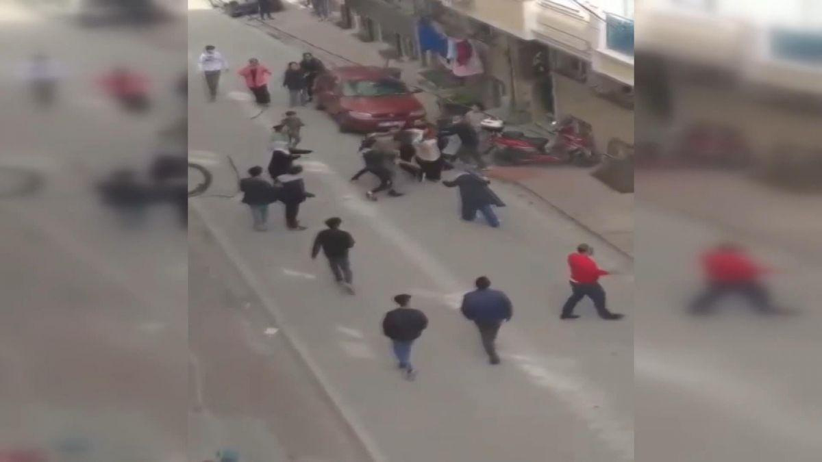İstanbul da iki aile arasında baltalı, sopalı kavga #2