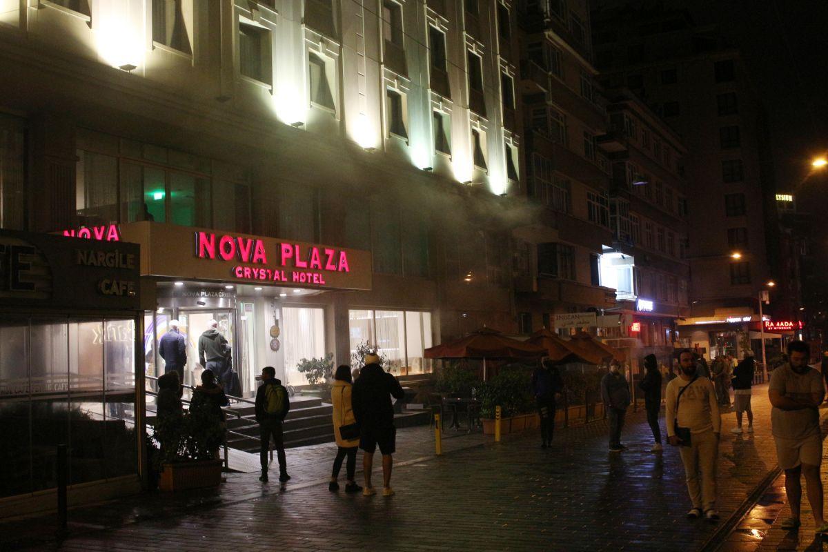 Taksim de çıkan yangında turistler mesafeyi unuttu #1
