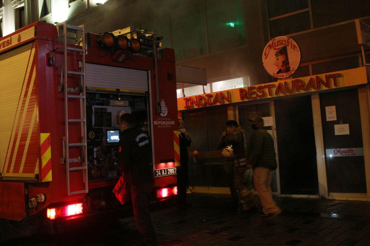Taksim de çıkan yangında turistler mesafeyi unuttu #2