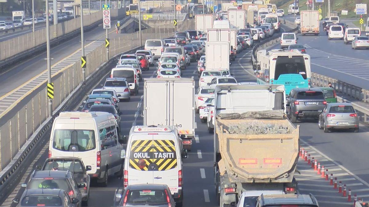 İstanbul da tam kapanmanın ilk günü trafik yoğunluğu yaşandı #1