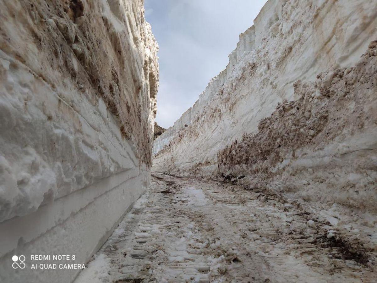 Hakkari de askeri üs bölgesinde 8 metrelik kar temizleniyor #3