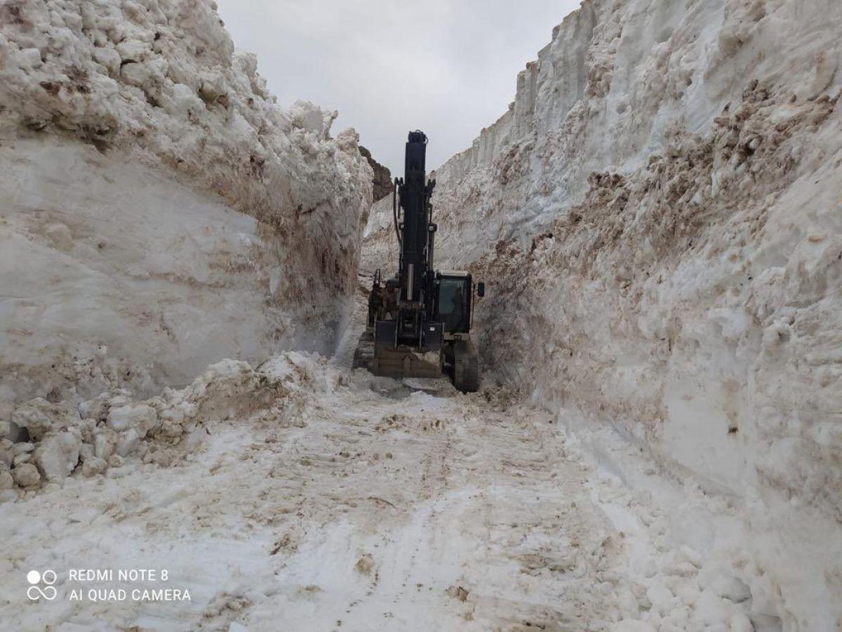 Hakkari de askeri üs bölgesinde 8 metrelik kar temizleniyor #1
