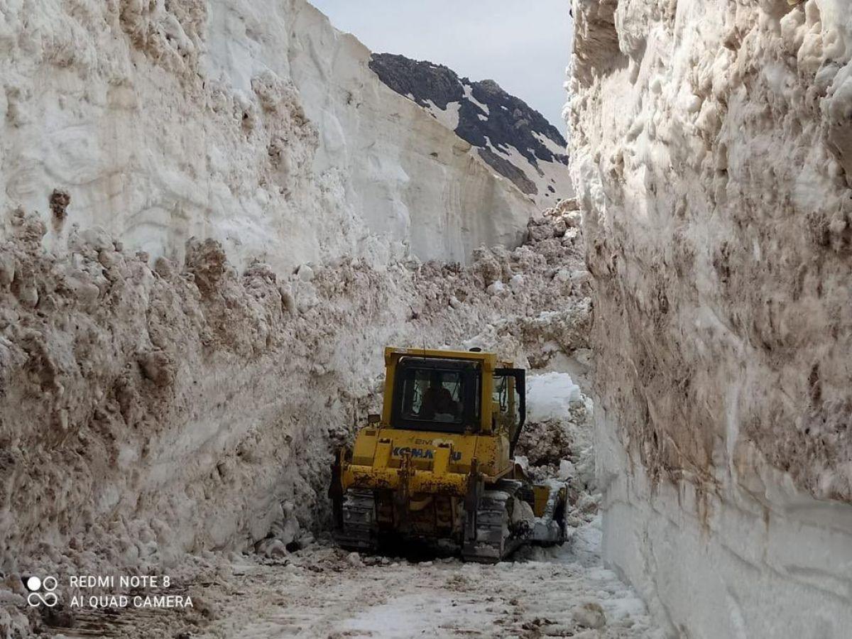 Hakkari de askeri üs bölgesinde 8 metrelik kar temizleniyor #4