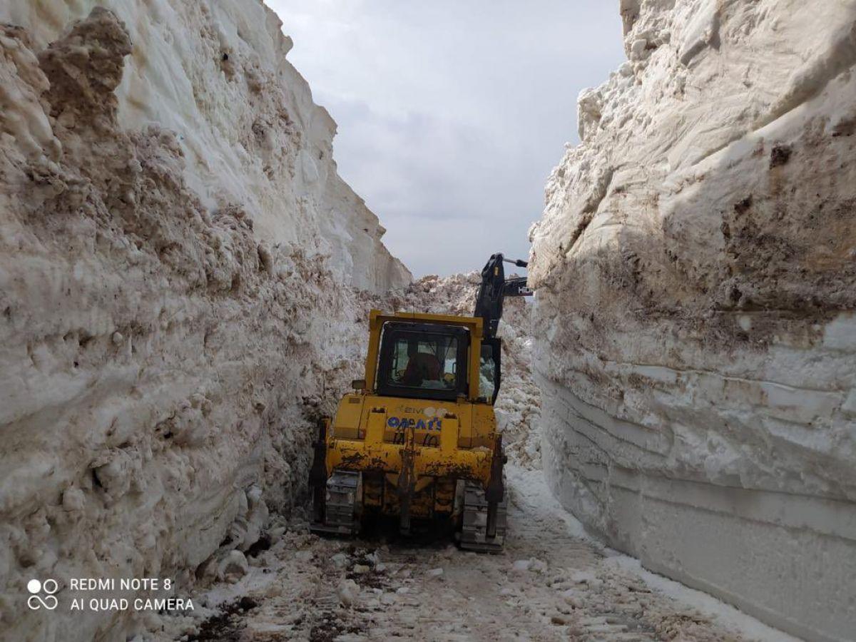Hakkari de askeri üs bölgesinde 8 metrelik kar temizleniyor #2