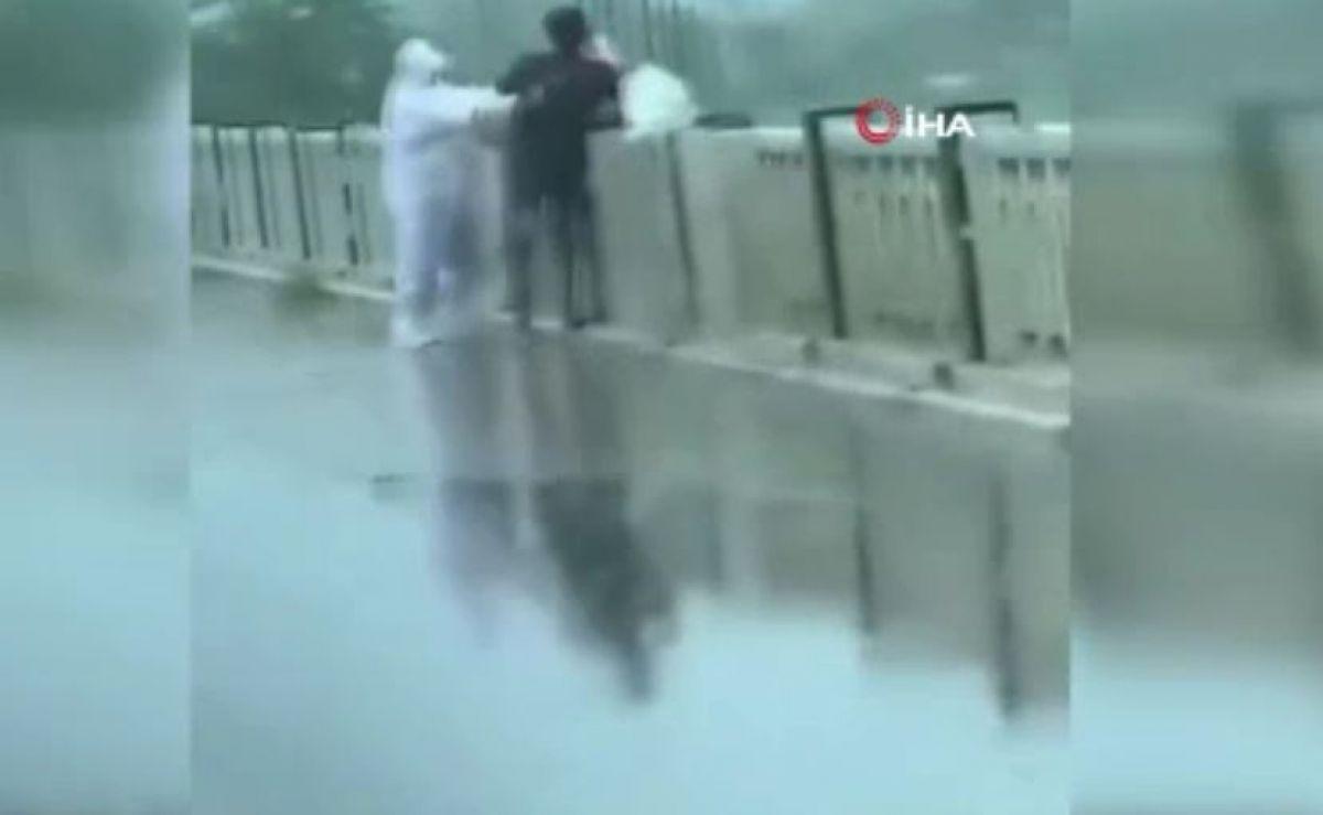 Hindistan da koronavirüsten ölen hastanın cansız bedeninin nehre atıldığı anlar kamerada #1