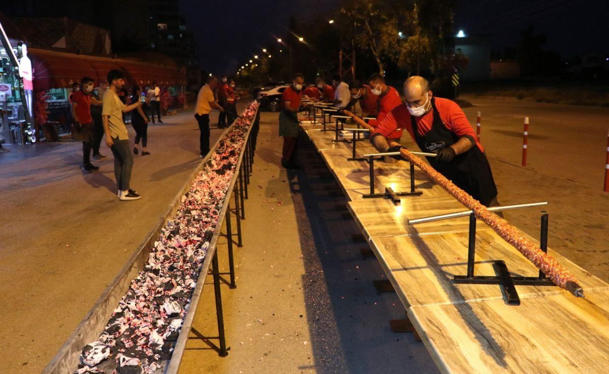 Adana da bir restoran sahibi, açılışını 35 metrelik kebapla kutladı #8