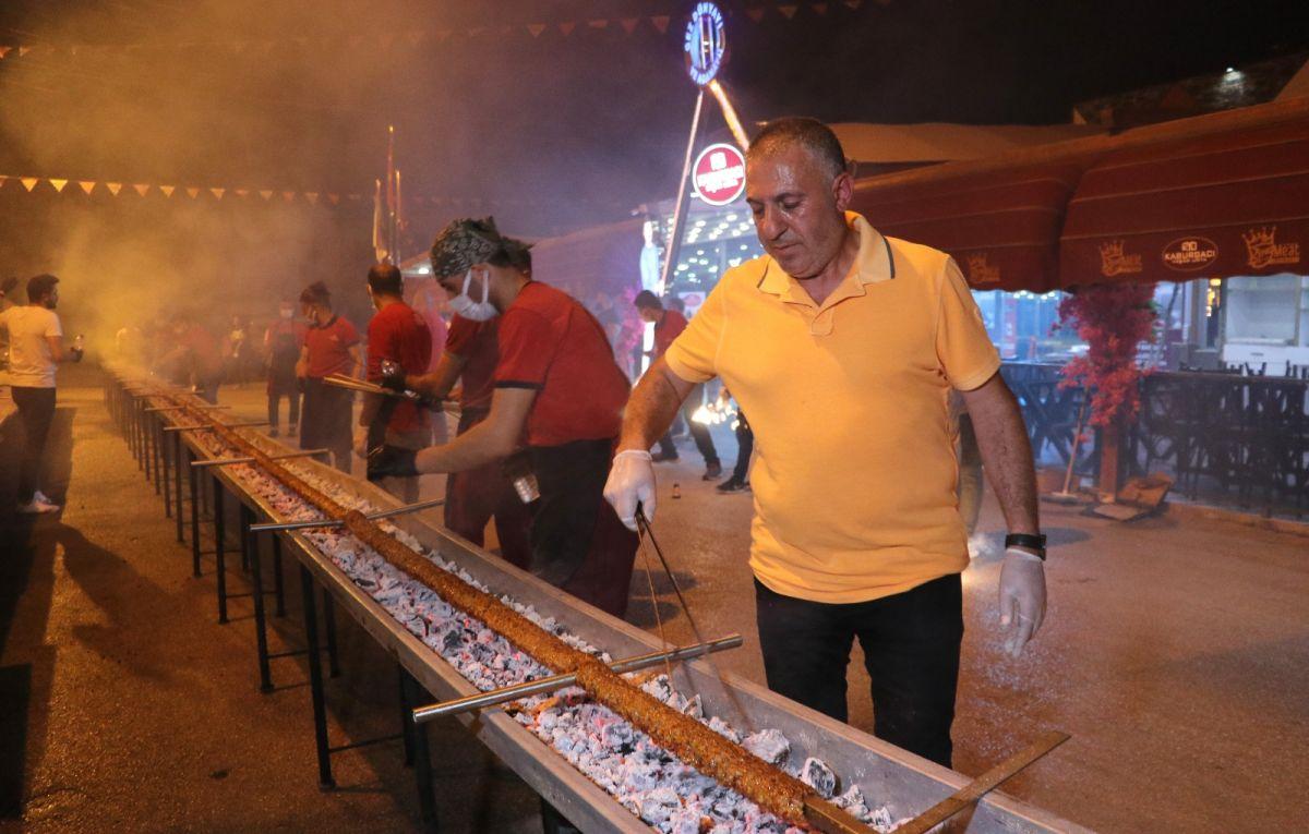 Adana da bir restoran sahibi, açılışını 35 metrelik kebapla kutladı #2