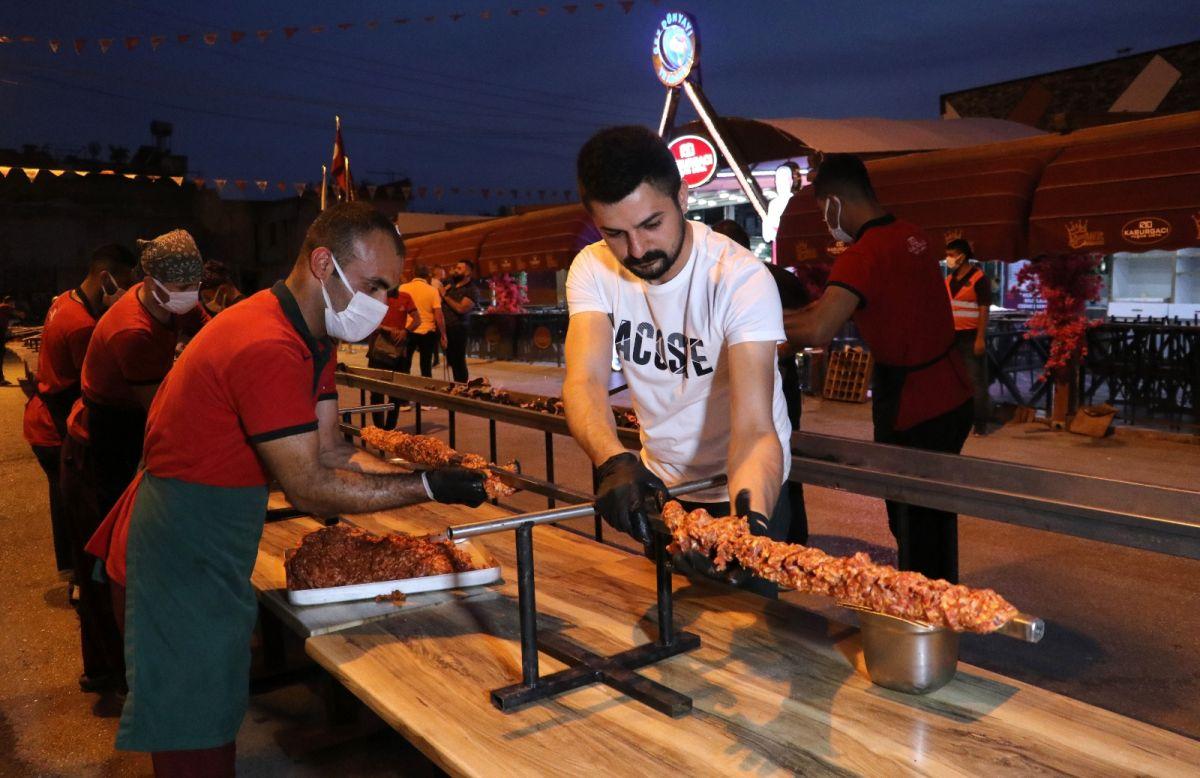 Adana da bir restoran sahibi, açılışını 35 metrelik kebapla kutladı #1