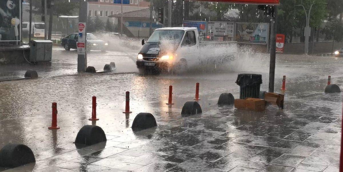 Tokat ta yolları su basınca araç, yayalara geçit oldu #4