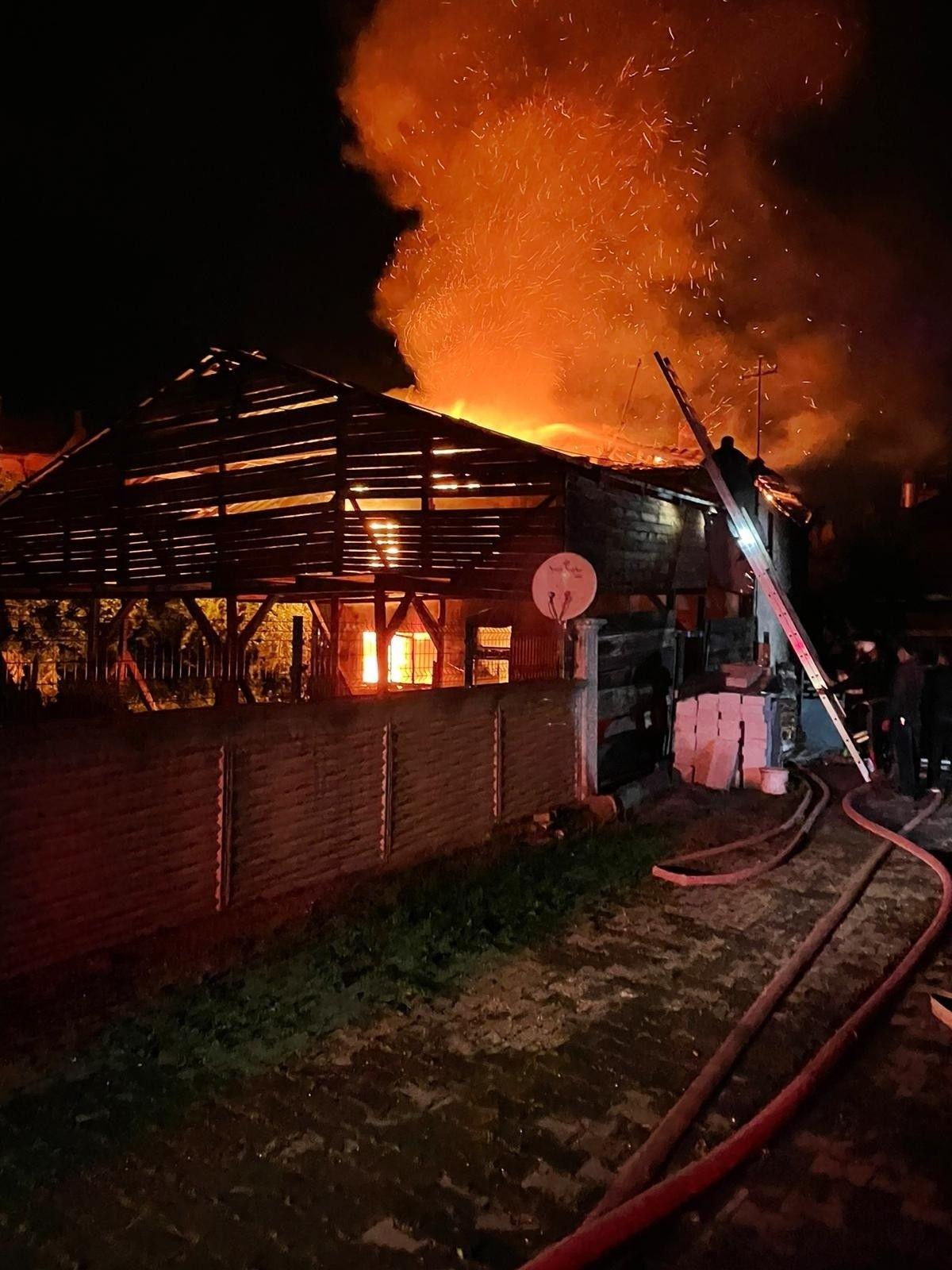 Bolu da soba benzinle yakılınca 2 katlı ahşap evi küle döndü #4