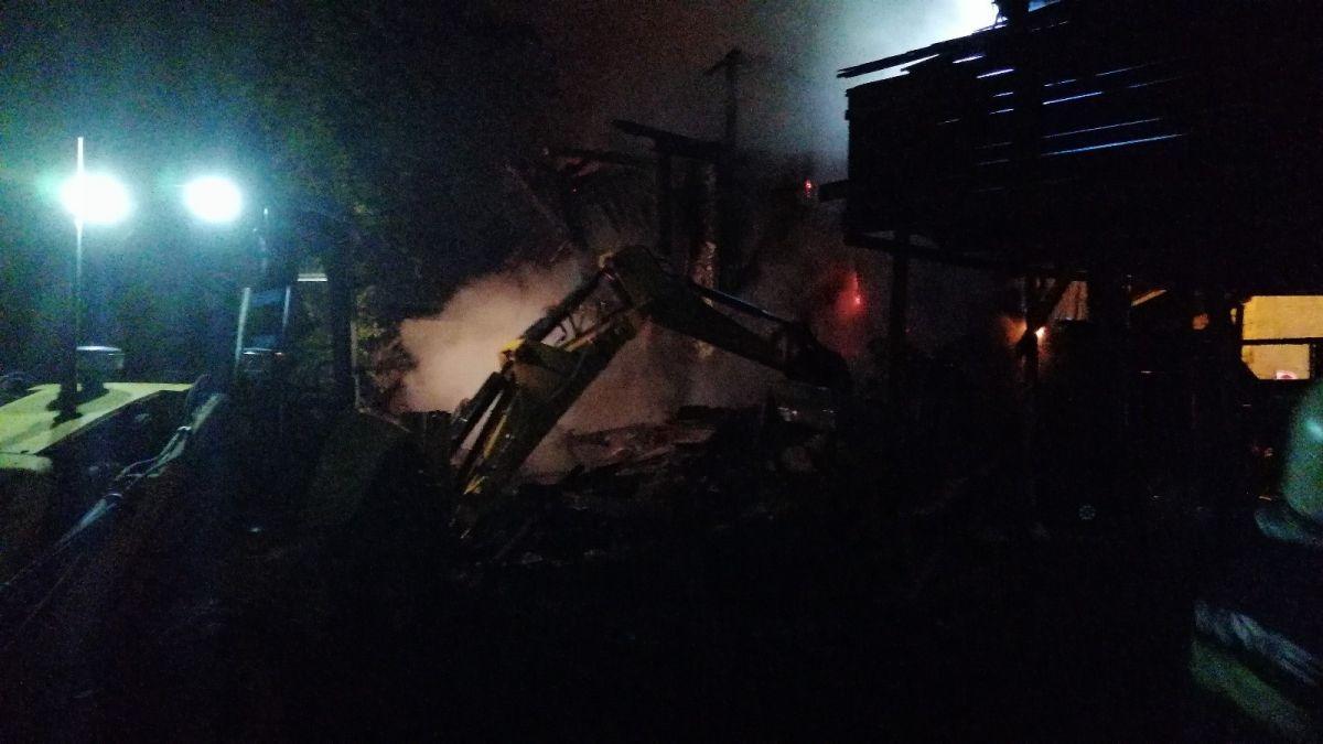 Bolu da soba benzinle yakılınca 2 katlı ahşap evi küle döndü #3