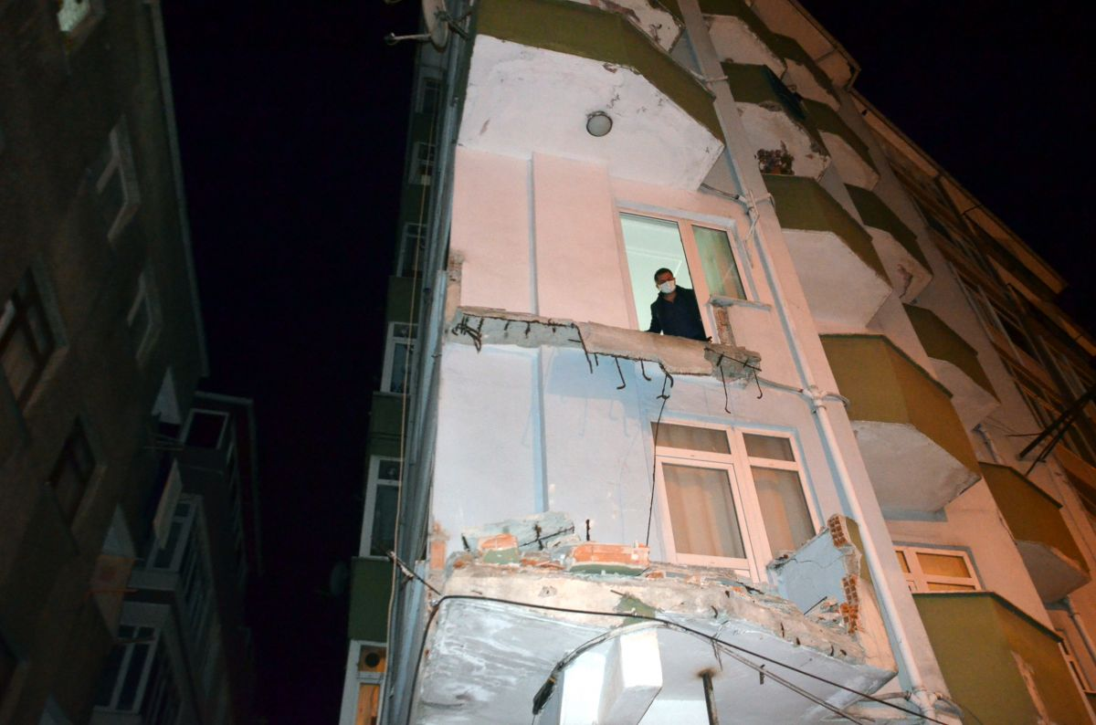 Avcılar da 42 yıllık binanın iki balkonu çöktü #7