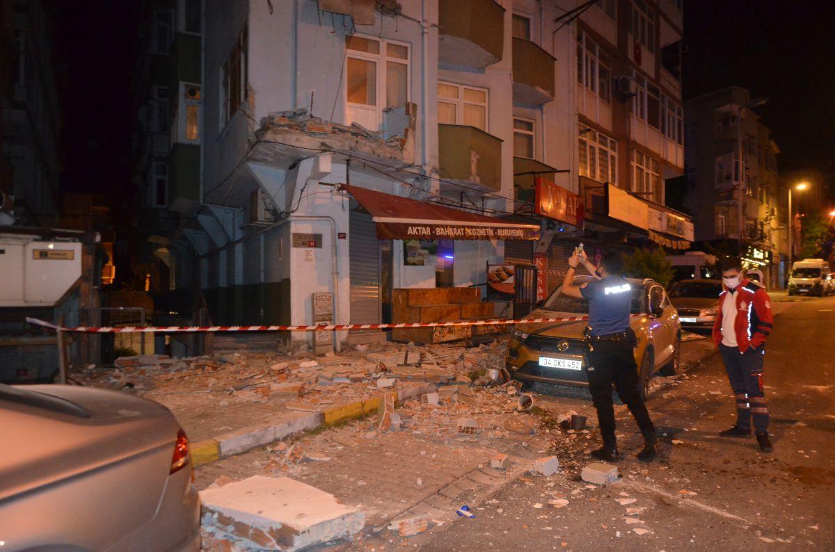 Avcılar da 42 yıllık binanın iki balkonu çöktü #1