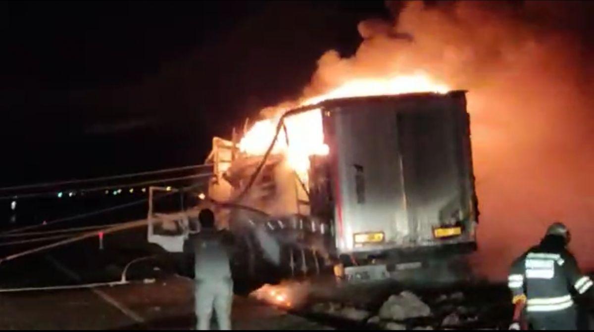 Diyarbakır da trafoya çarpan tır, yangına neden oldu #3