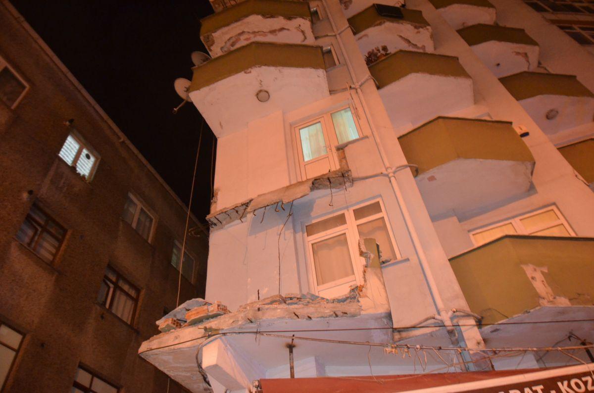 Avcılar da 42 yıllık binanın iki balkonu çöktü #9