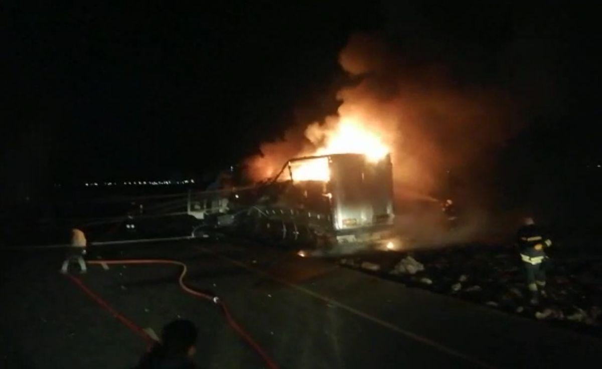 Diyarbakır da trafoya çarpan tır, yangına neden oldu #2