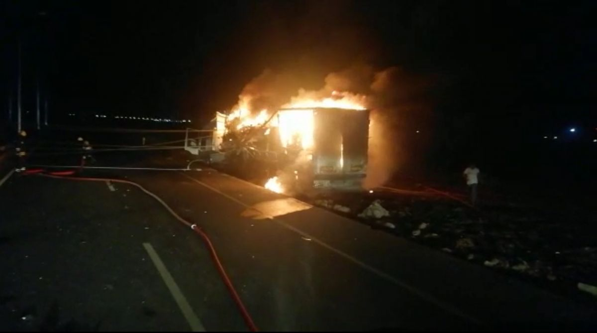 Diyarbakır da trafoya çarpan tır, yangına neden oldu #6