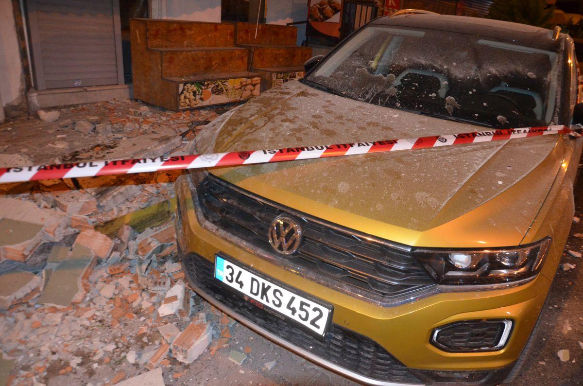 Avcılar da 42 yıllık binanın iki balkonu çöktü #6