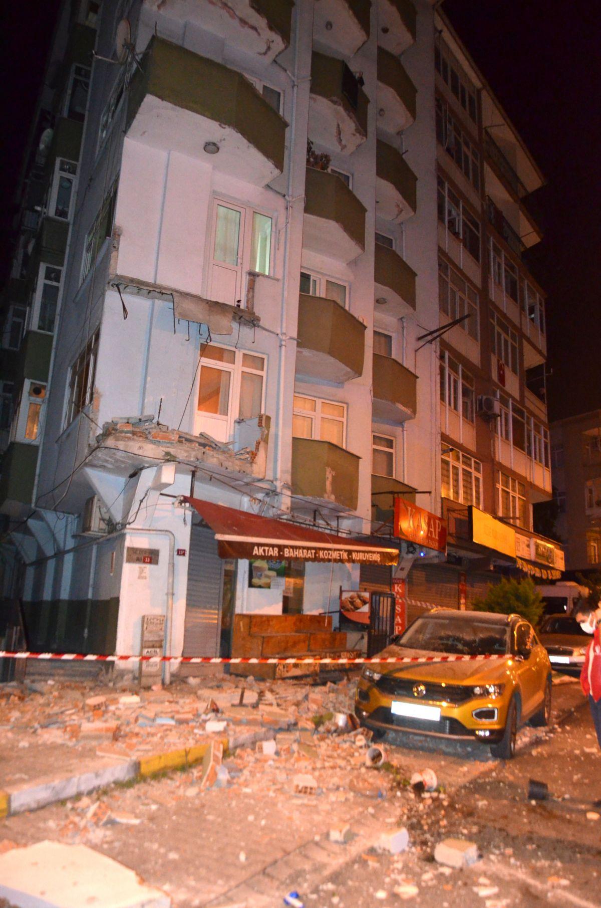 Avcılar da 42 yıllık binanın iki balkonu çöktü #2