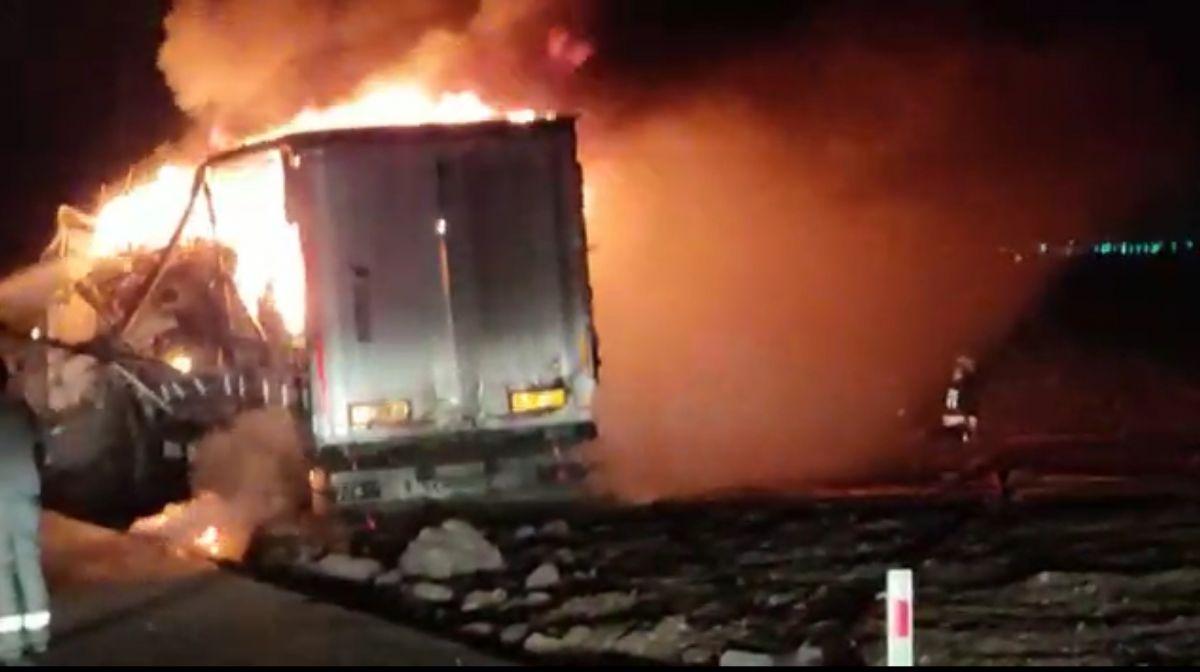 Diyarbakır da trafoya çarpan tır, yangına neden oldu #5