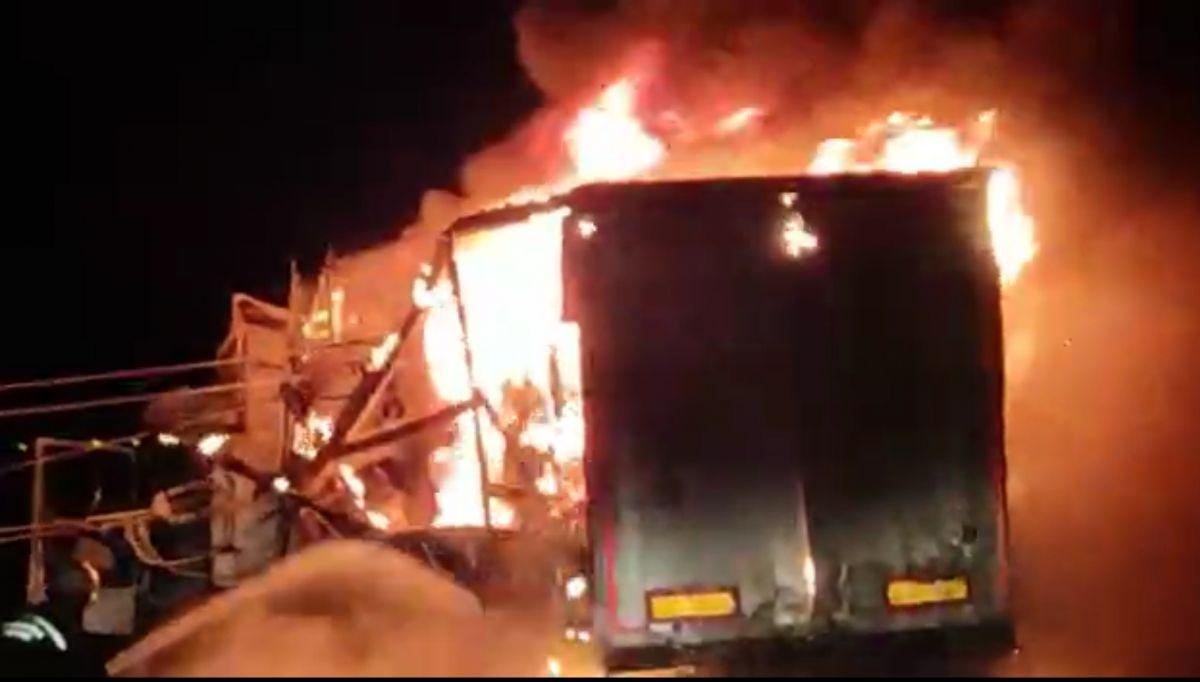 Diyarbakır da trafoya çarpan tır, yangına neden oldu #4