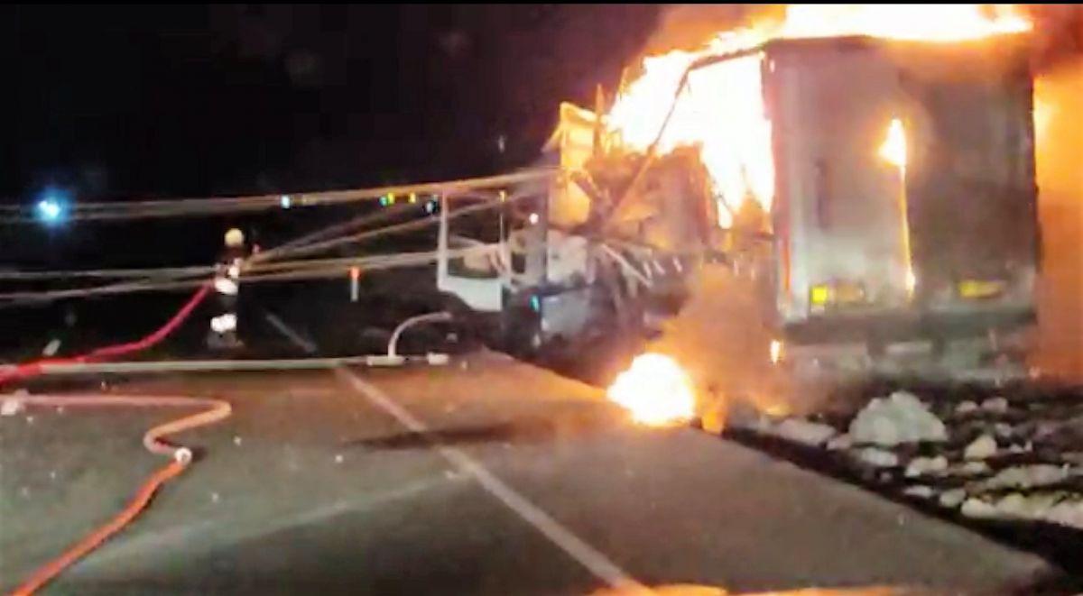 Diyarbakır da trafoya çarpan tır, yangına neden oldu #1