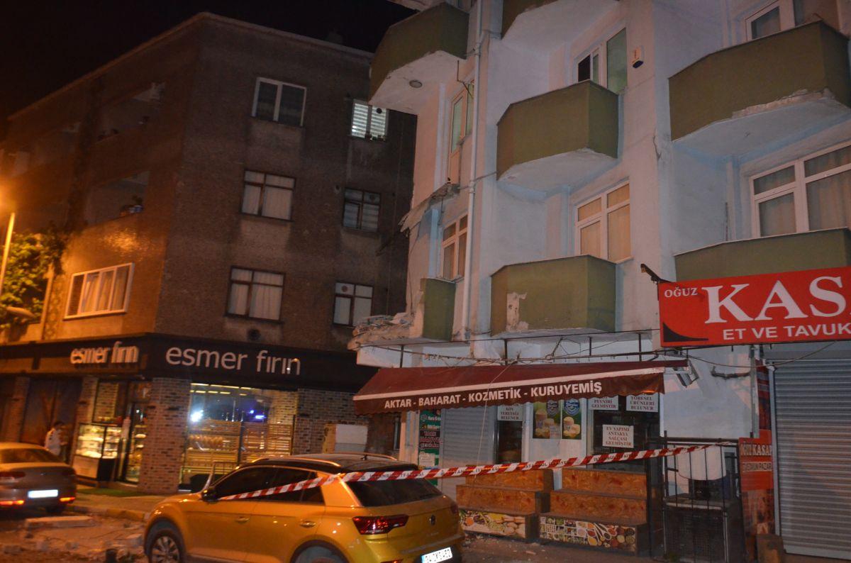 Avcılar da 42 yıllık binanın iki balkonu çöktü #4