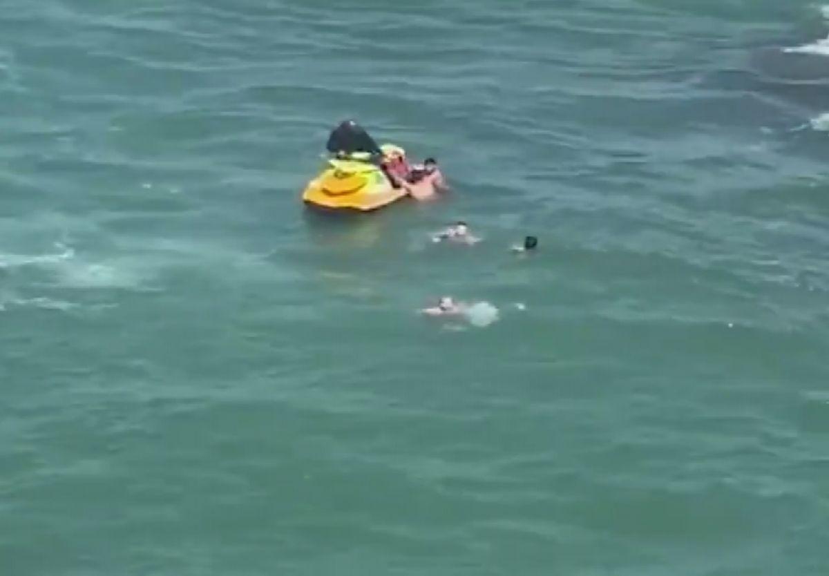 Şile de boğulma tehlikesi geçiren 5 kişiyi itfaiye kurtardı #3