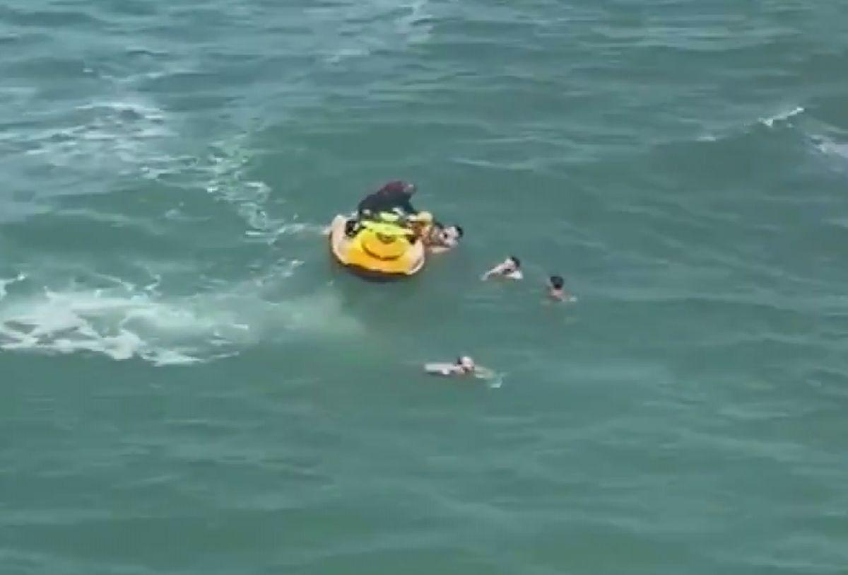 Şile de boğulma tehlikesi geçiren 5 kişiyi itfaiye kurtardı #5
