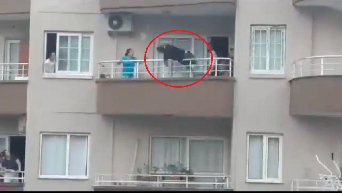 Mersin de binanın çatısından sarkan kişi yürekleri ağza getirdi #4