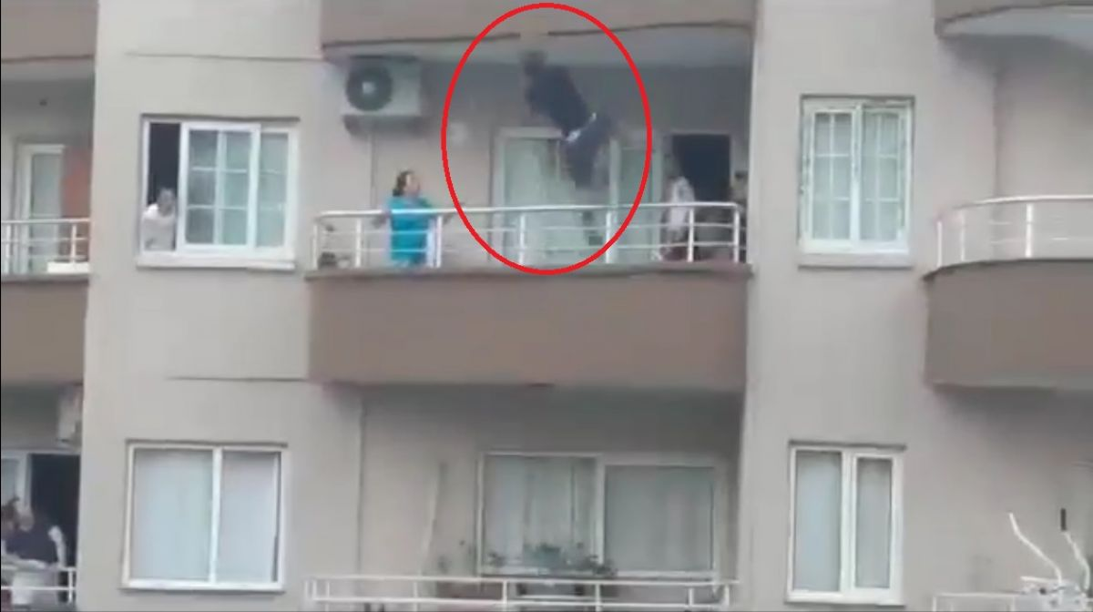 Mersin de binanın çatısından sarkan kişi yürekleri ağza getirdi #3