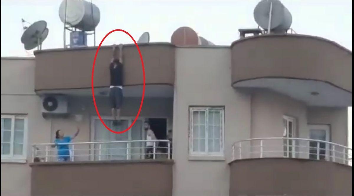 Mersin de binanın çatısından sarkan kişi yürekleri ağza getirdi #2