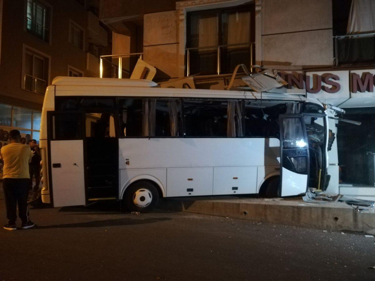 İzmir'de işçi servisi mobilya mağazasına daldı: 12 yaralı #4