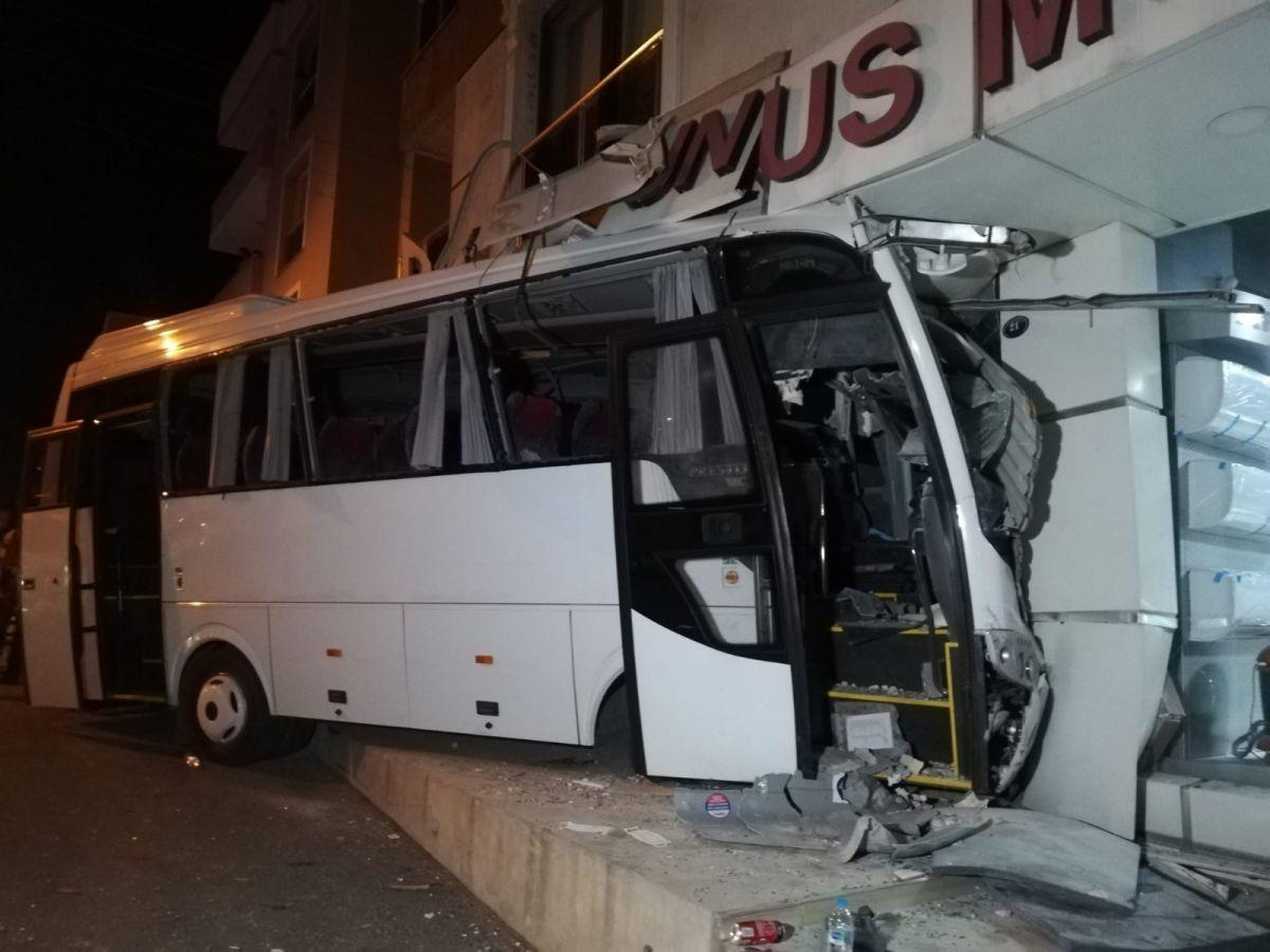 İzmir'de işçi servisi mobilya mağazasına daldı: 12 yaralı #2
