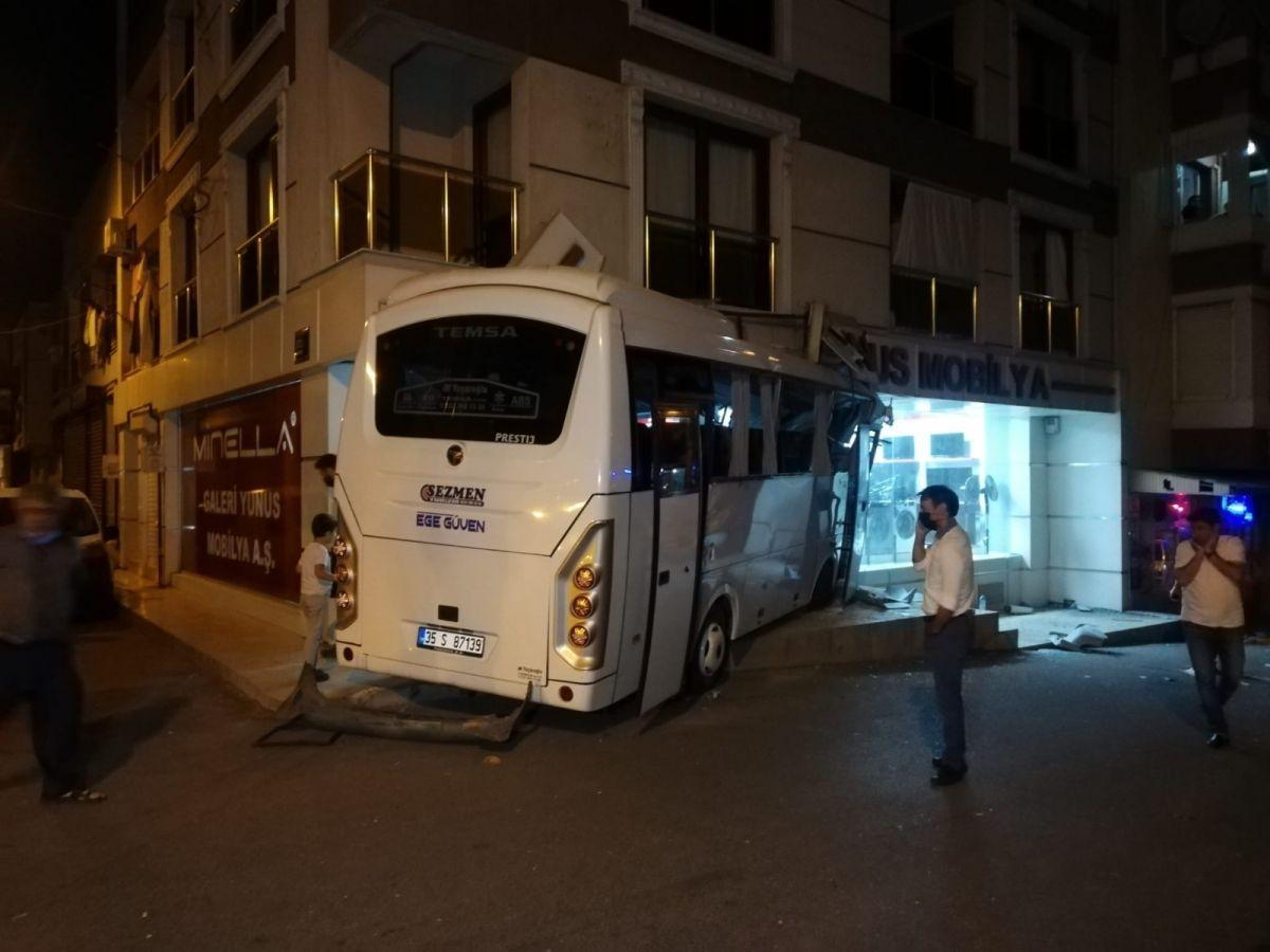 İzmir'de işçi servisi mobilya mağazasına daldı: 12 yaralı #3
