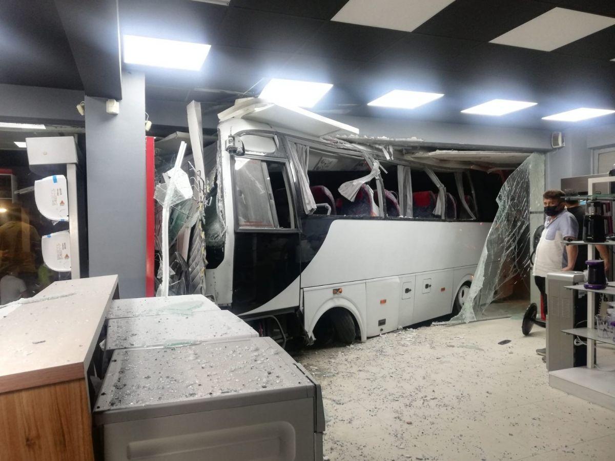 İzmir'de işçi servisi mobilya mağazasına daldı: 12 yaralı #1